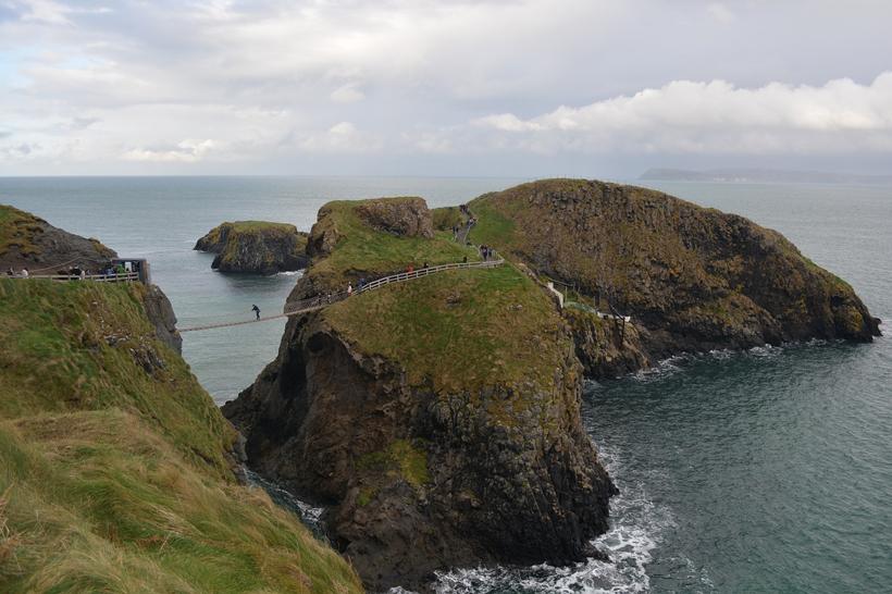 hangbrug naar eiland in Noord-Ierland