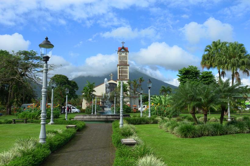 Arenal Vulkaan en kerk in downtown la Fortuna
