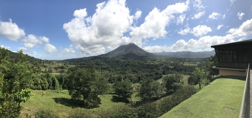 uitzicht vanop terras Mistico naar Arenal Vulkaan in la Fortuna