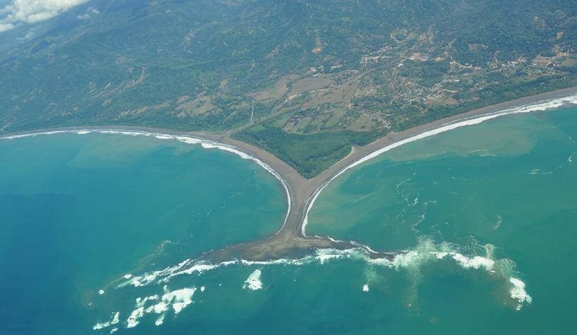 luchtfoto van de walvisstaart uvita