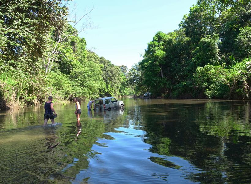 auto vastgereden in de Rio Ario