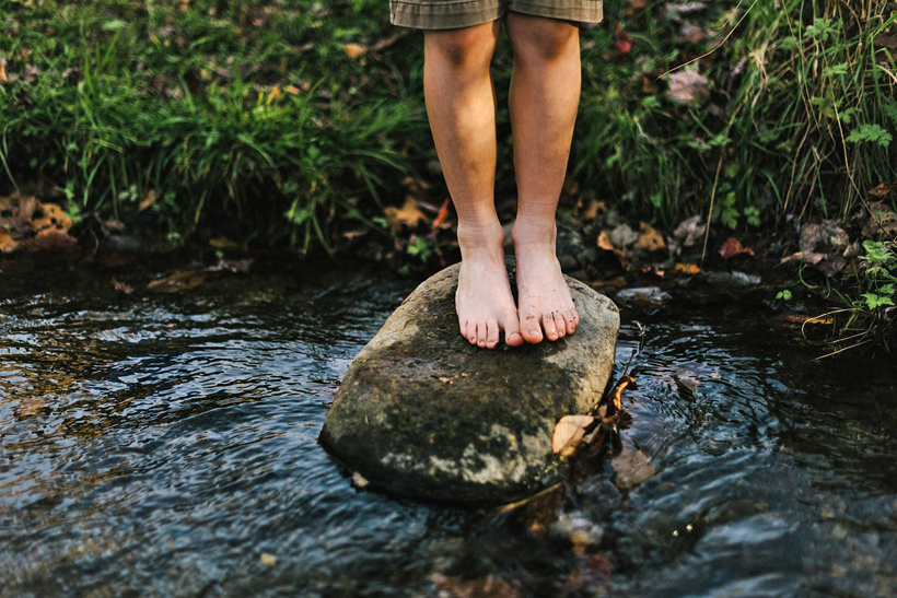 bosbaden op blote voeten