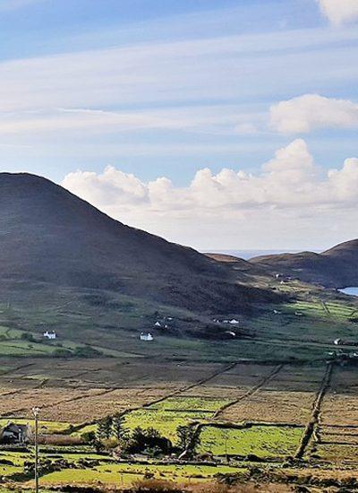 velden en heuvels naast de zee in county Kerry