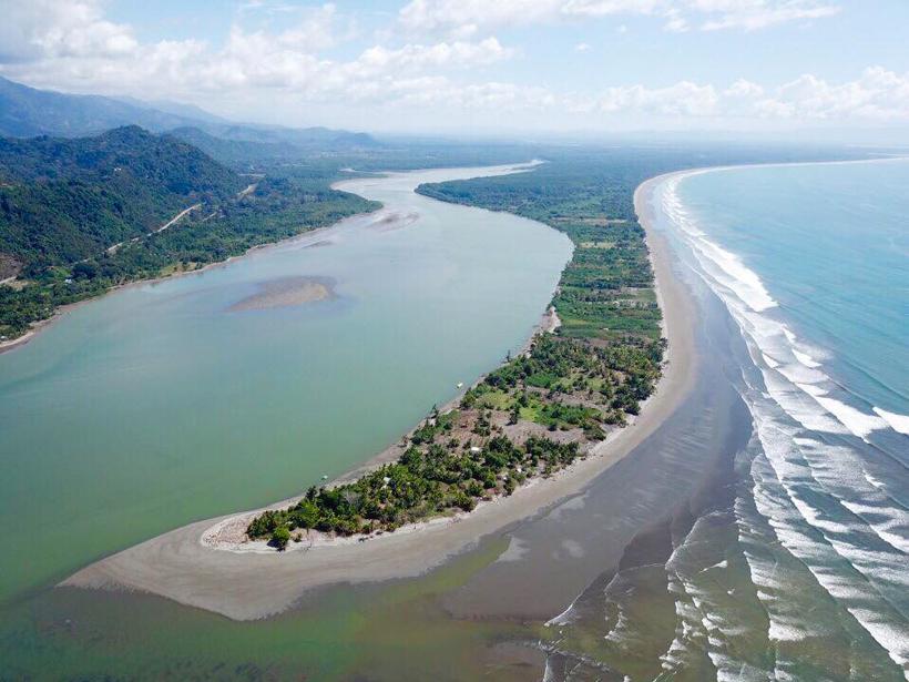 Isla Garza met Terraba rivier en Stille Oceaan