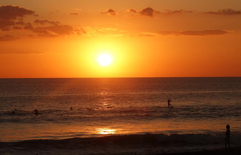 surfen bij zonsondergang central pacific