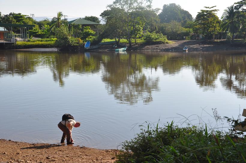 Stapschoenen afspoelen in de Sierpe rivier