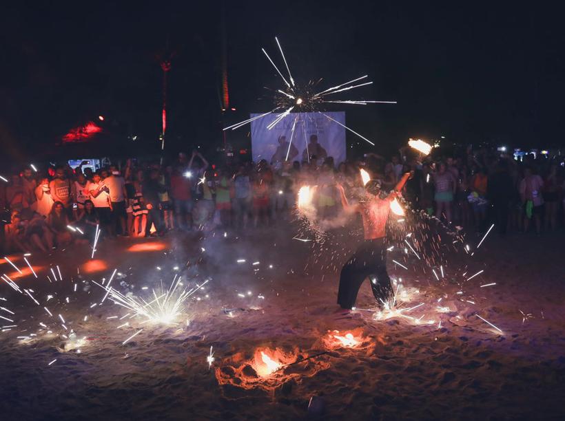 vuurwerk en entertainment op strand in Guanacaste