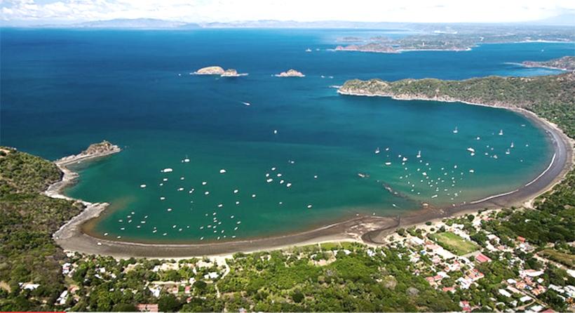 luchtfoto van Playas del Coco in golf van Papagayo aan de Guanacaste kust