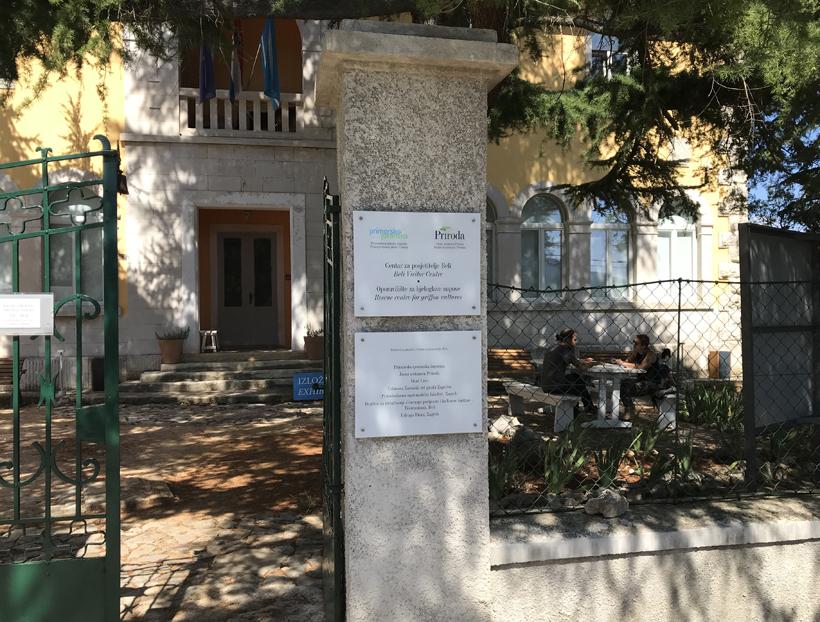 ingang opvangcentrum voor vale gieren in Beli