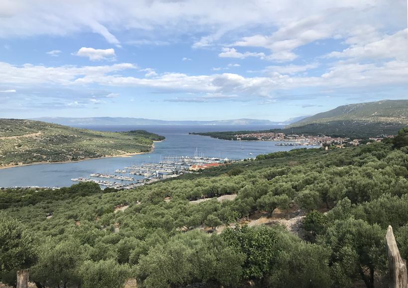 zicht op baai en stad Cres