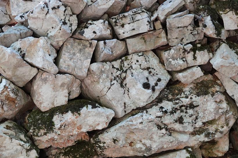 karststenen muurtje op Cres