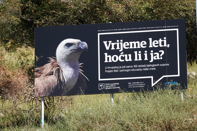 borden met reclame voor opvangcentrum vale gieren op Cres