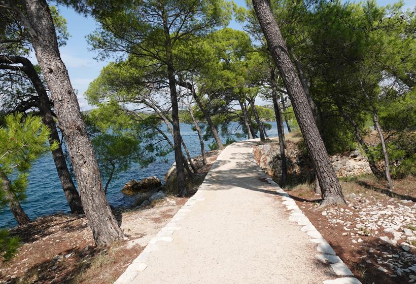 mooi wandelpad bij Sibenik aan de Adriatische kust
