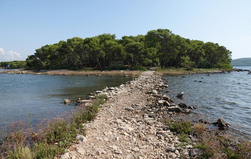 rotspad over water naar eiland van fort St Nicolas bij Sibenik