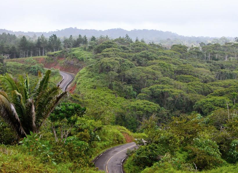 kronkelende baan door de bergen naar San Blas