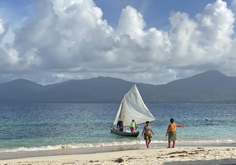 Visvangst en Kuna vrouwen San Blas