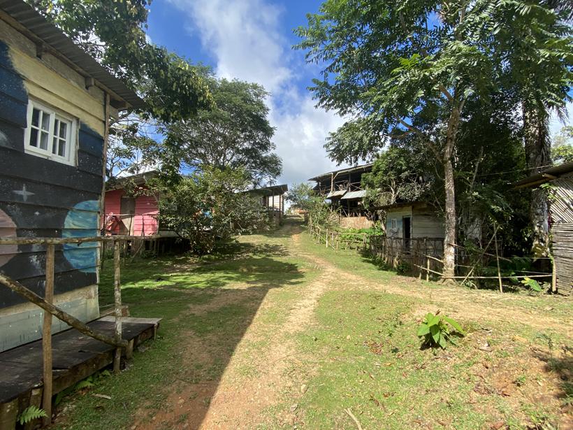 zicht cabinas naar hoofdgebouw Pachamama