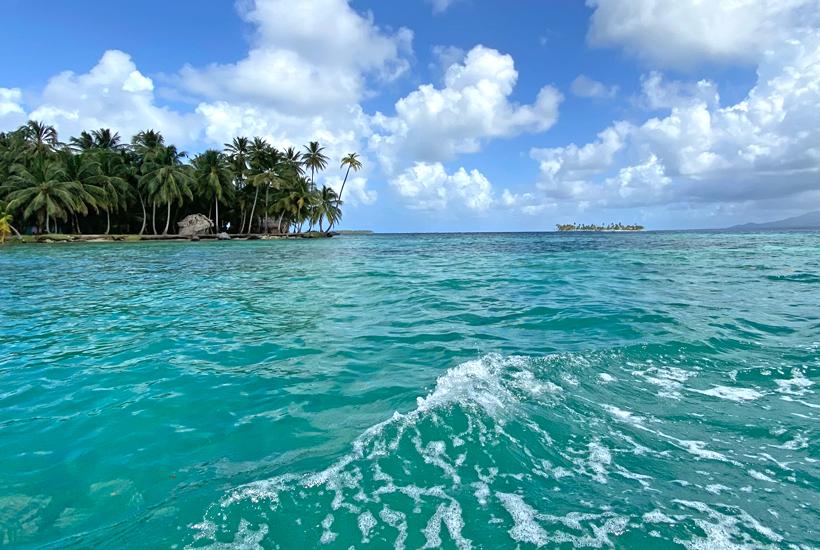 zicht vanop zee op palmbomen op eiland Naranjo Chico San Blas