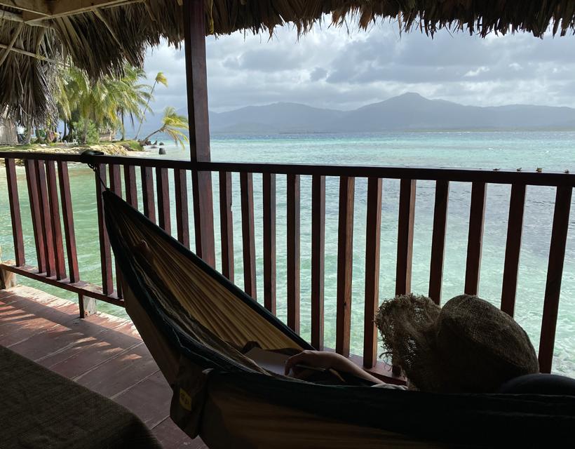 hangmat eiland Naranjo Chico met zicht op vasteland San Blas