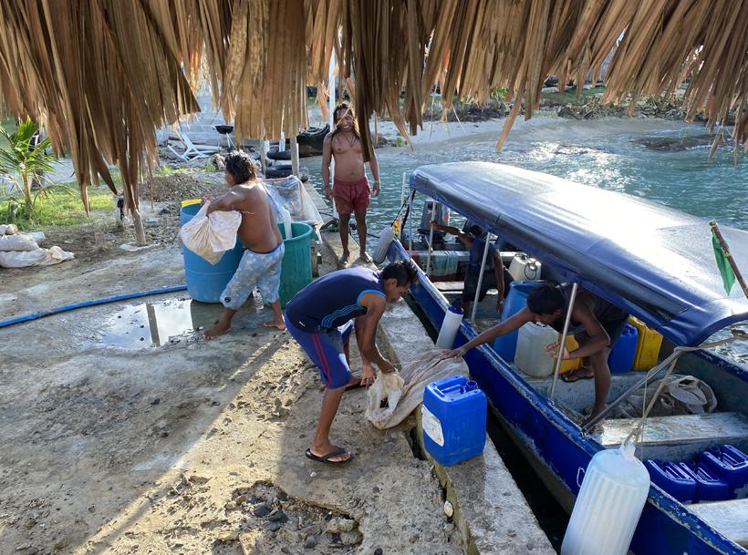 Water, naft en keien uitladen op eiland San blas