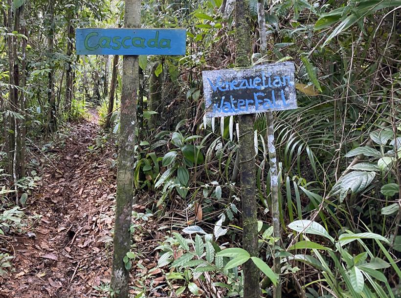 wandeling naar de waterval in Pachamama