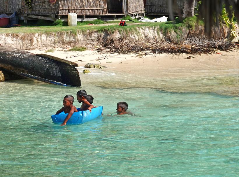 kinderen in regenton op zee in San Blas