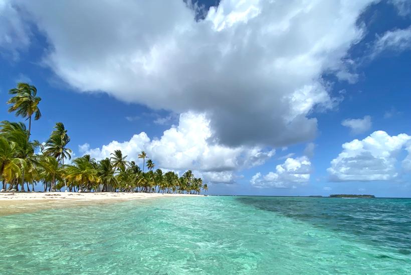 Onbewoond San Blas eiland met kristalhelder water