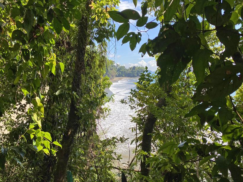 zicht vanop helling naar playa arco vanuit cusinga lodge