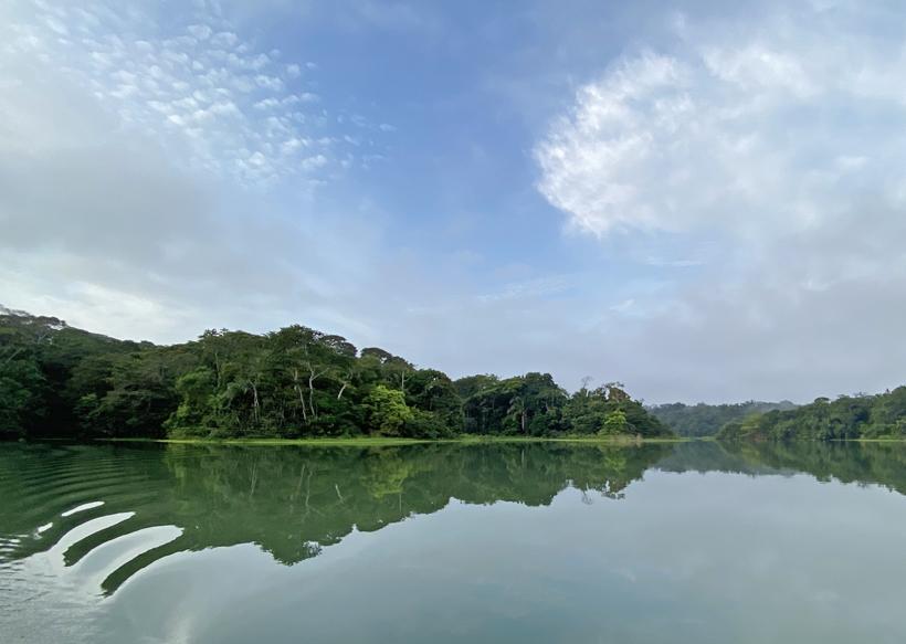 reflectie in rimpelloos water Lake Gatun Gamboa