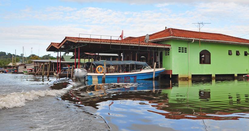 aankomst met watershuttle in bocas town