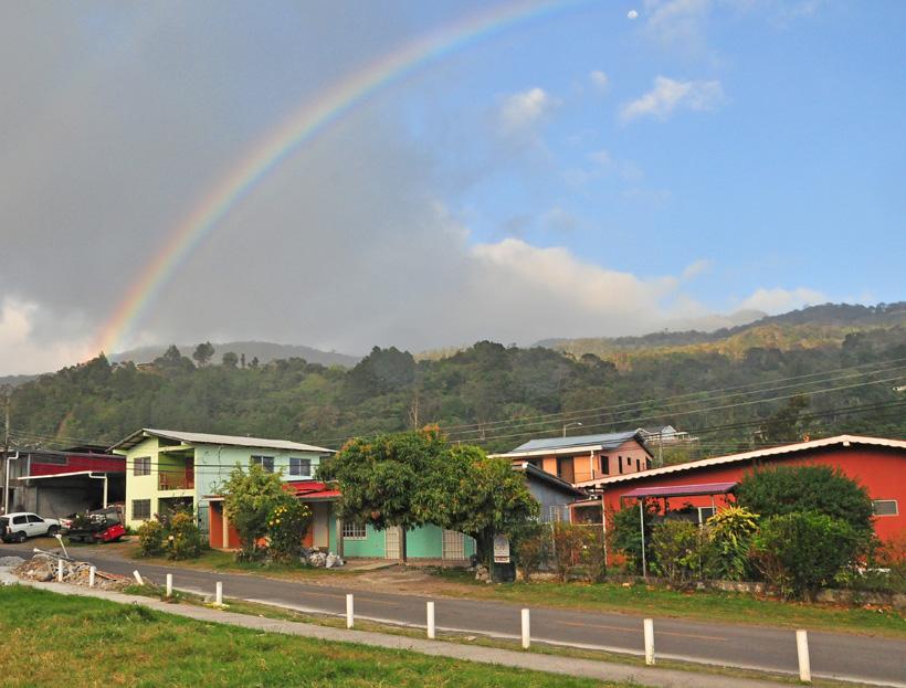 kleurrijke chalets in boquete met regenboog