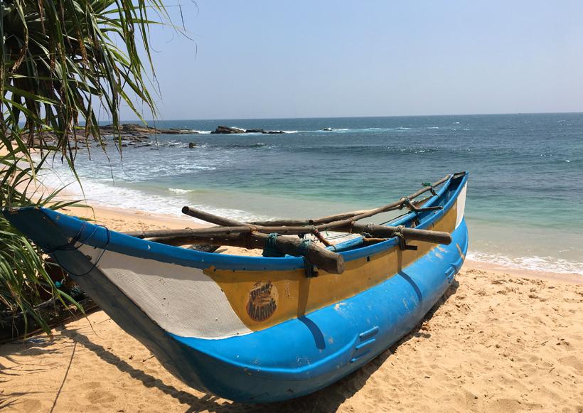 bootje op Amanwella beach