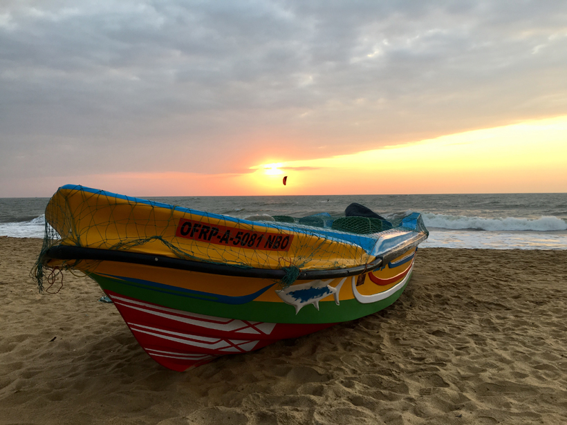 vissersbootje strand Negombo
