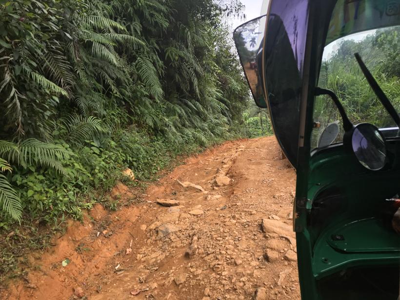 naar afgelegen Deniyaya met tuktuk