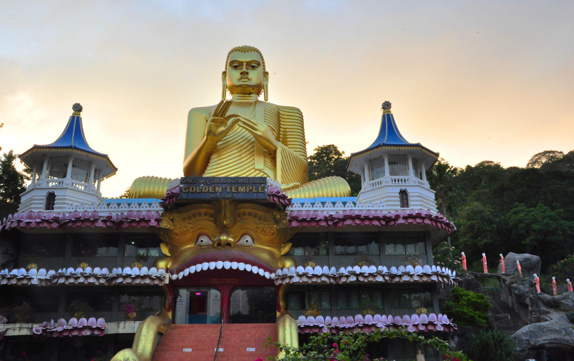 golden tempel in Dambulla na zonsondergang