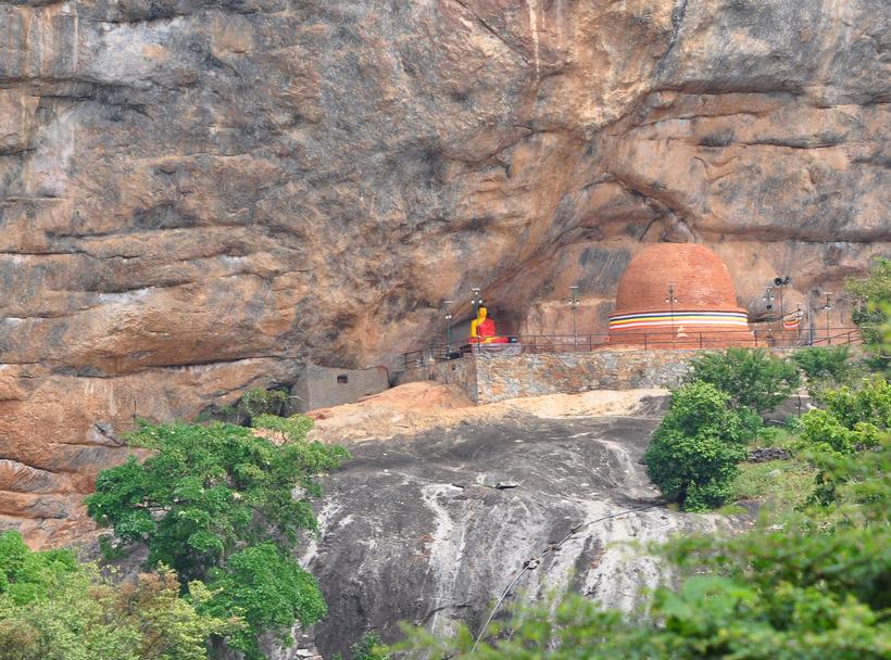 tempel in rots in maha oya