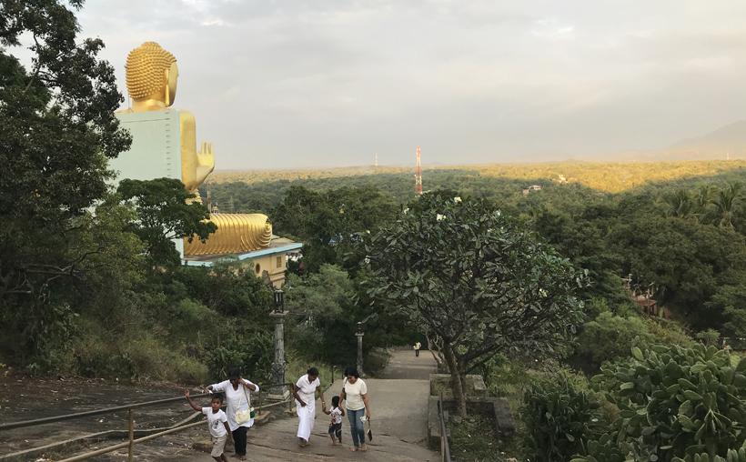 gouden tempel Dambulla bij zonsondergang