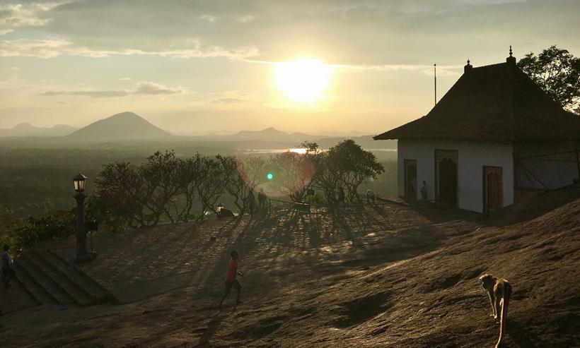 rotstempel Dambulla bij zonsondergang