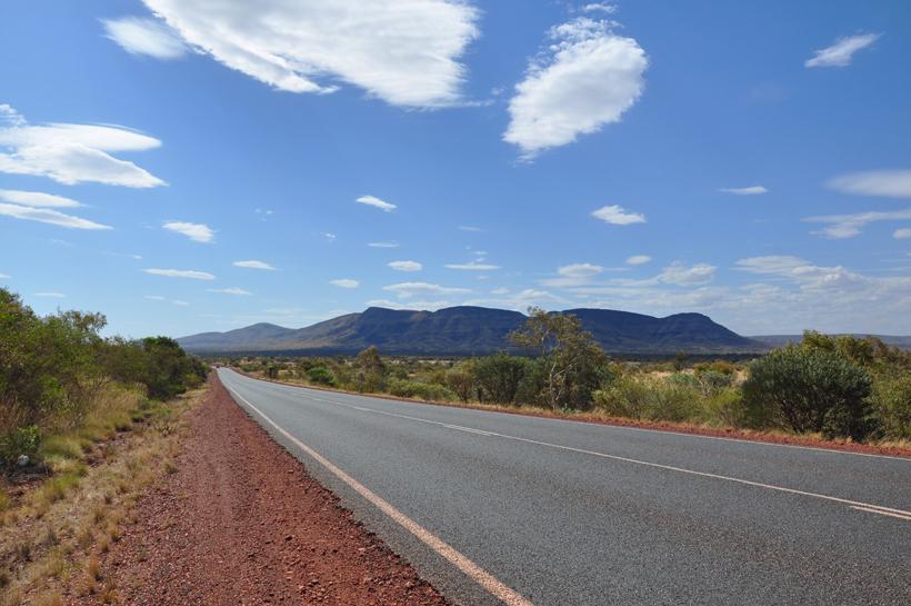 wolken in golden outback landschap