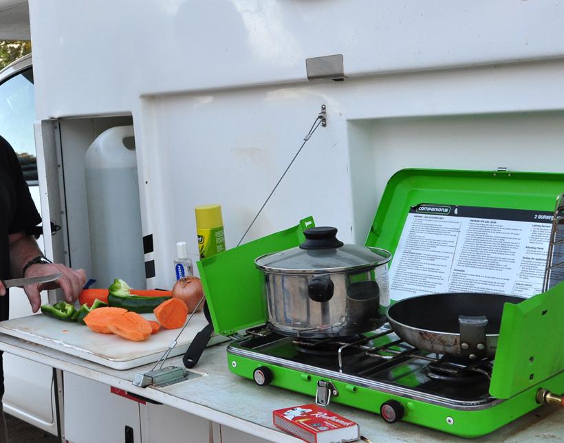 buiten koken aan camper in western australia