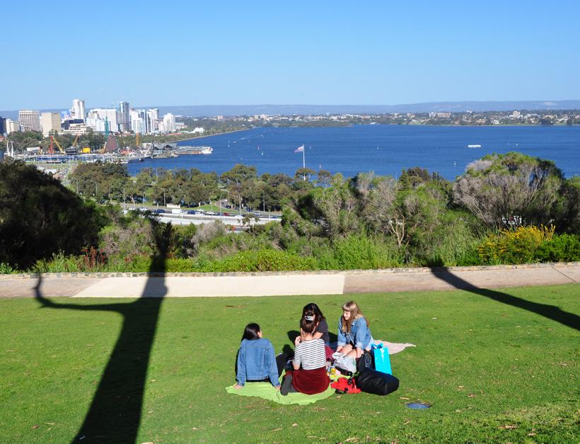 zicht vanop heuvel op Perth
