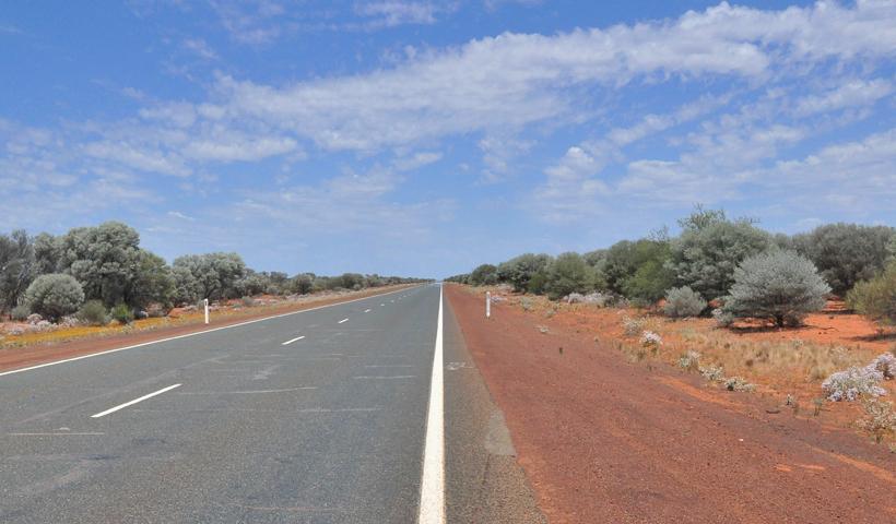 weg in golden outback western australia