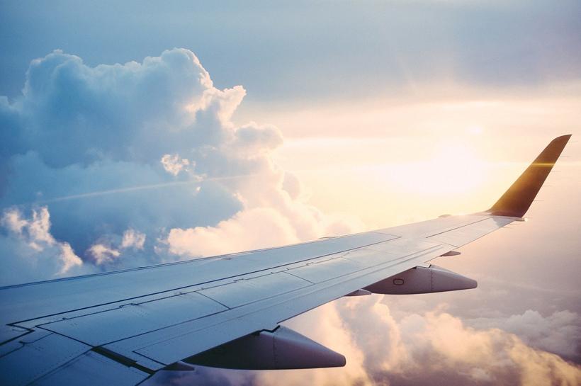 met het vliegtuig reizen na covid-19