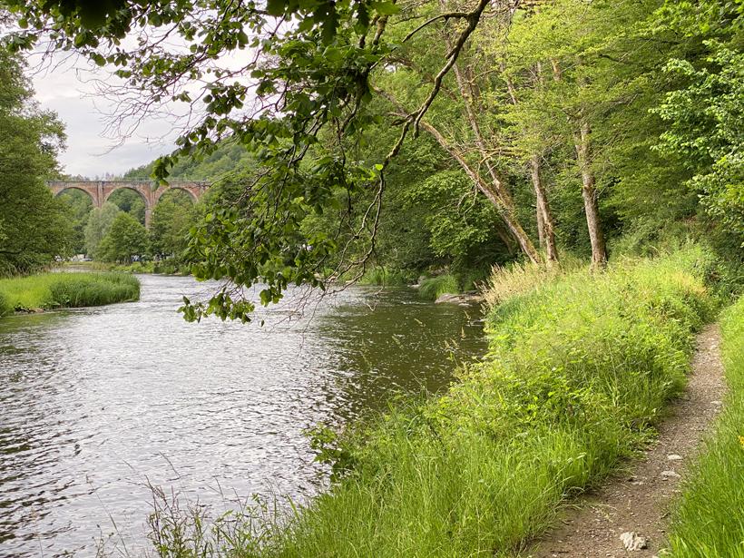 wandelen langs brug en Semois in Herbeumont