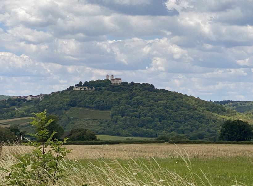 basiliek Vezelay op heuvel