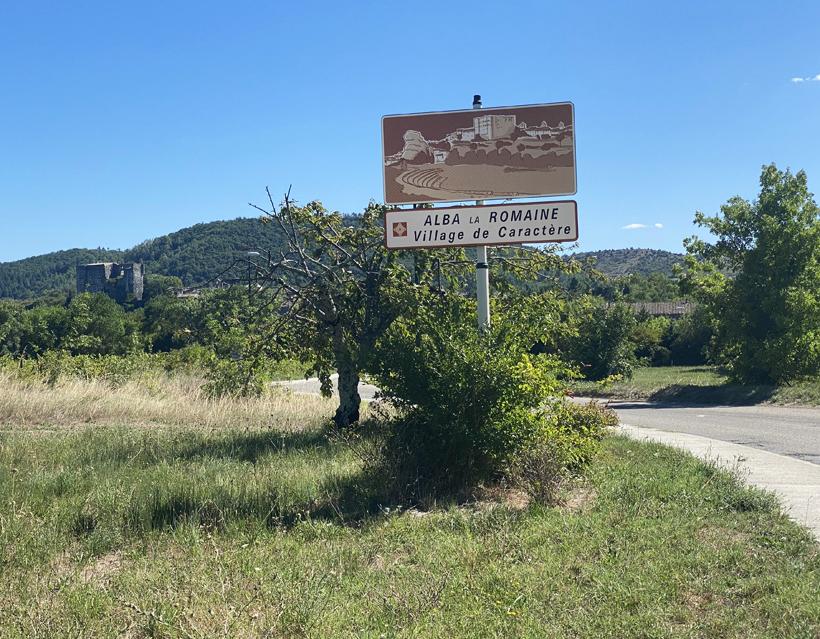 rustig alba la romaine dorp in Ardèche