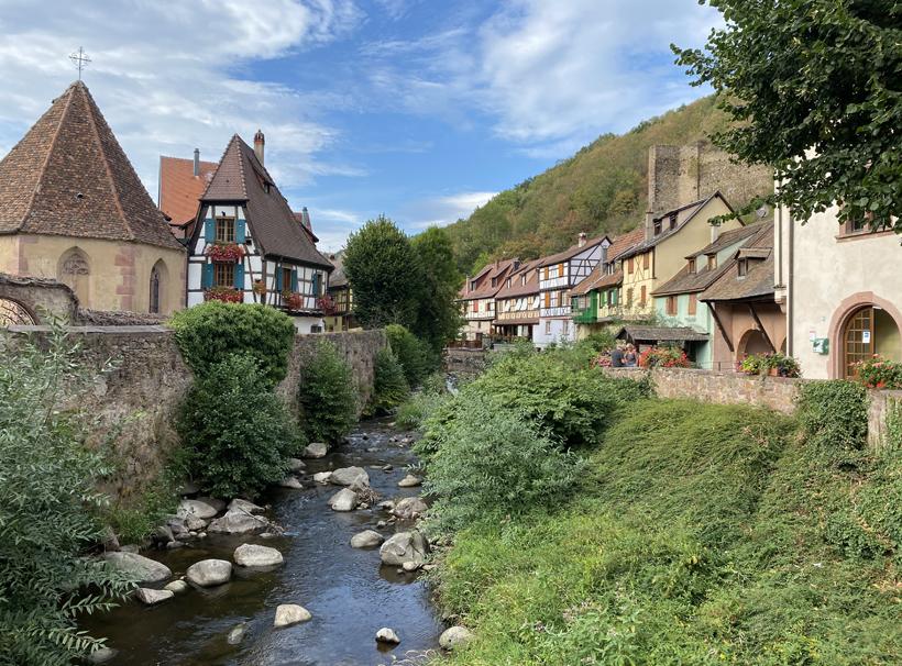 zicht vanop versterkte brug in Kaysersberg