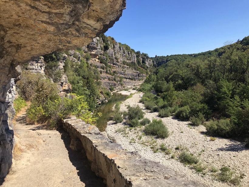 wandeling langs klif en rivier in Labeaume
