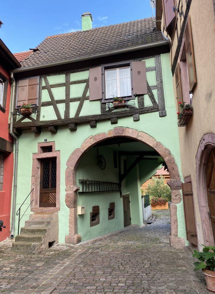 groene doorgangspoort in Kaysersberg