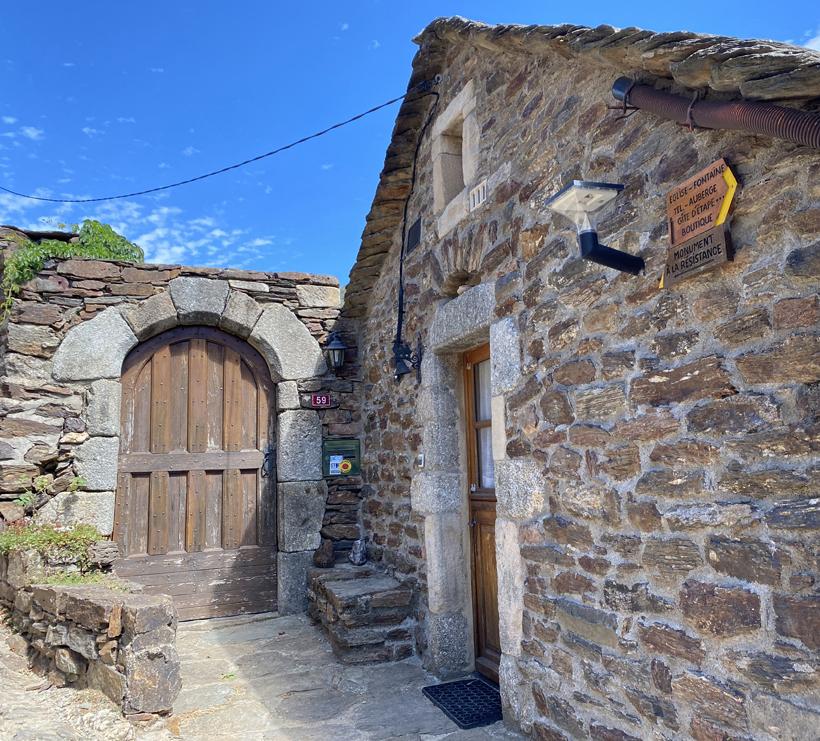 stenen huizen met leisteen dakpannen in Thines